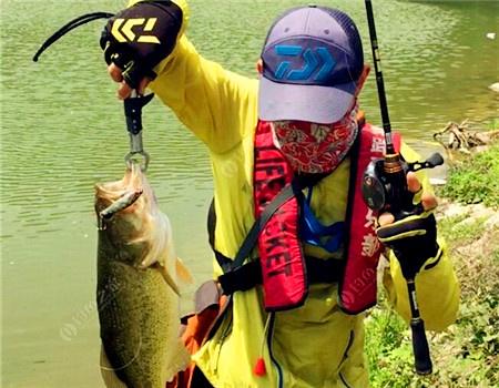 浅谈鲈鱼钓组选择、标点的选择、抽动饵姿的基本手法。 拟饵钓鲈鱼